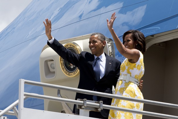 Michelle-Obama-Arrives- at-Martha- Vineyard-in- Talbots-Yellow-White-Rose-Print-Dress-michelle-obama-Disabled- American- Veterans- convention-9