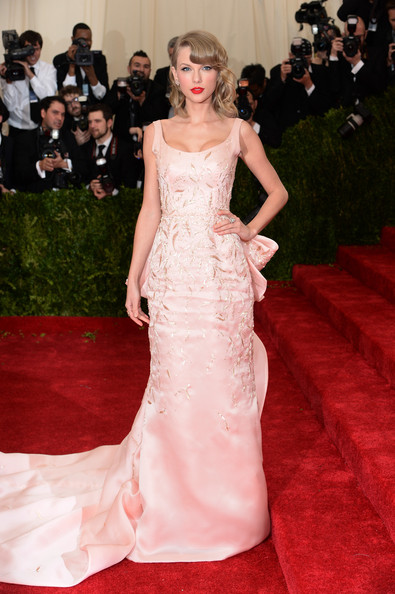 Taylor-Swift-Oscar de la Renta-dress-2014-Met-Gala-