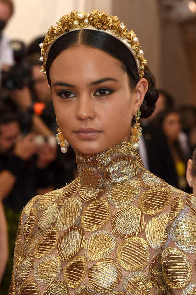 Courtney-Eaton-Met-Gala-2015-China-Through-Looking-Glass-Headpiece-HairStyle-