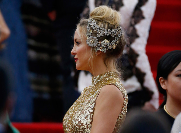 Kate-Hudson-Met-Gala-2015-China-Through-Looking-Glass-Headpiece-HairStyle-