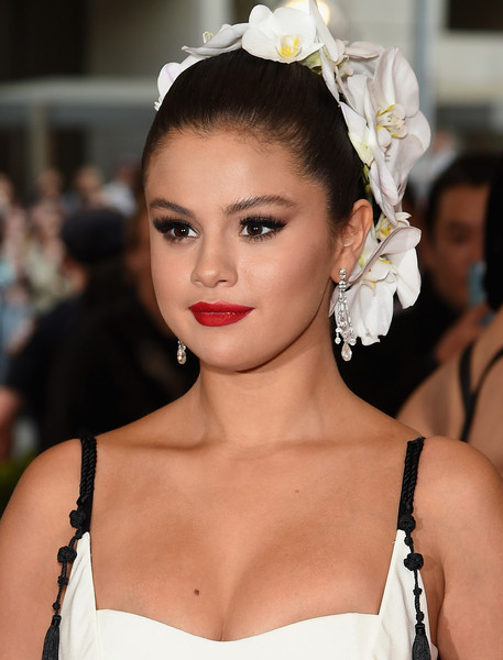 Selena-Gomez-Met-Gala-2015-China-Through-Looking-Glass-Headpiece-HairStyle-