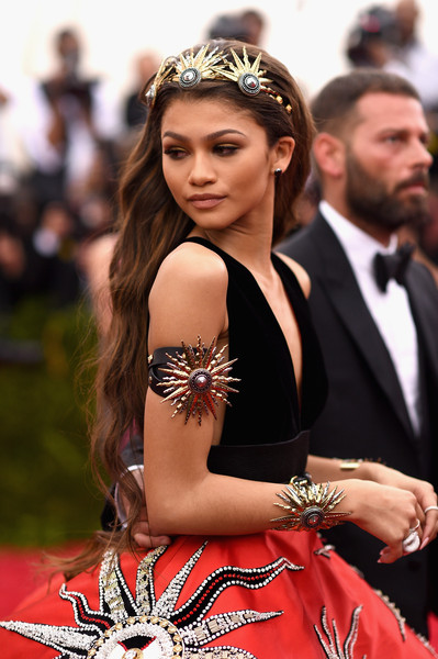 Zendaya-Coleman-Met-Gala-2015-China-Through-Looking-Glass-Headpiece-HairStyle-